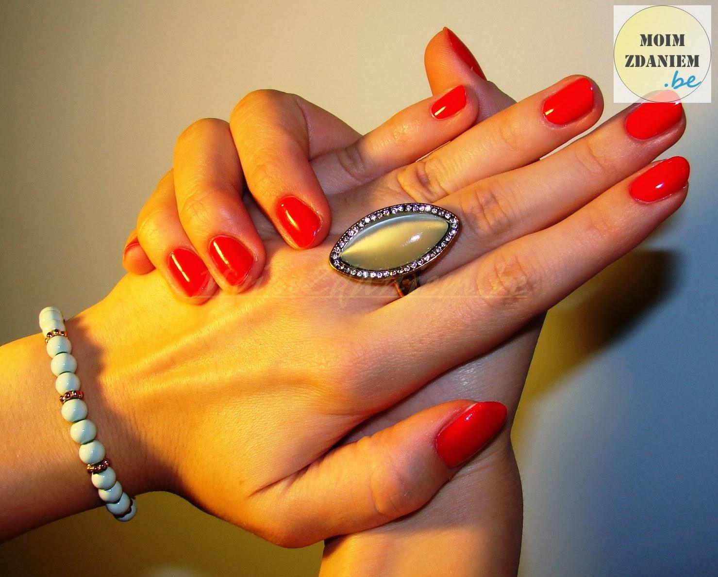 essie too too hot na dłoniach wraz z biżuterią