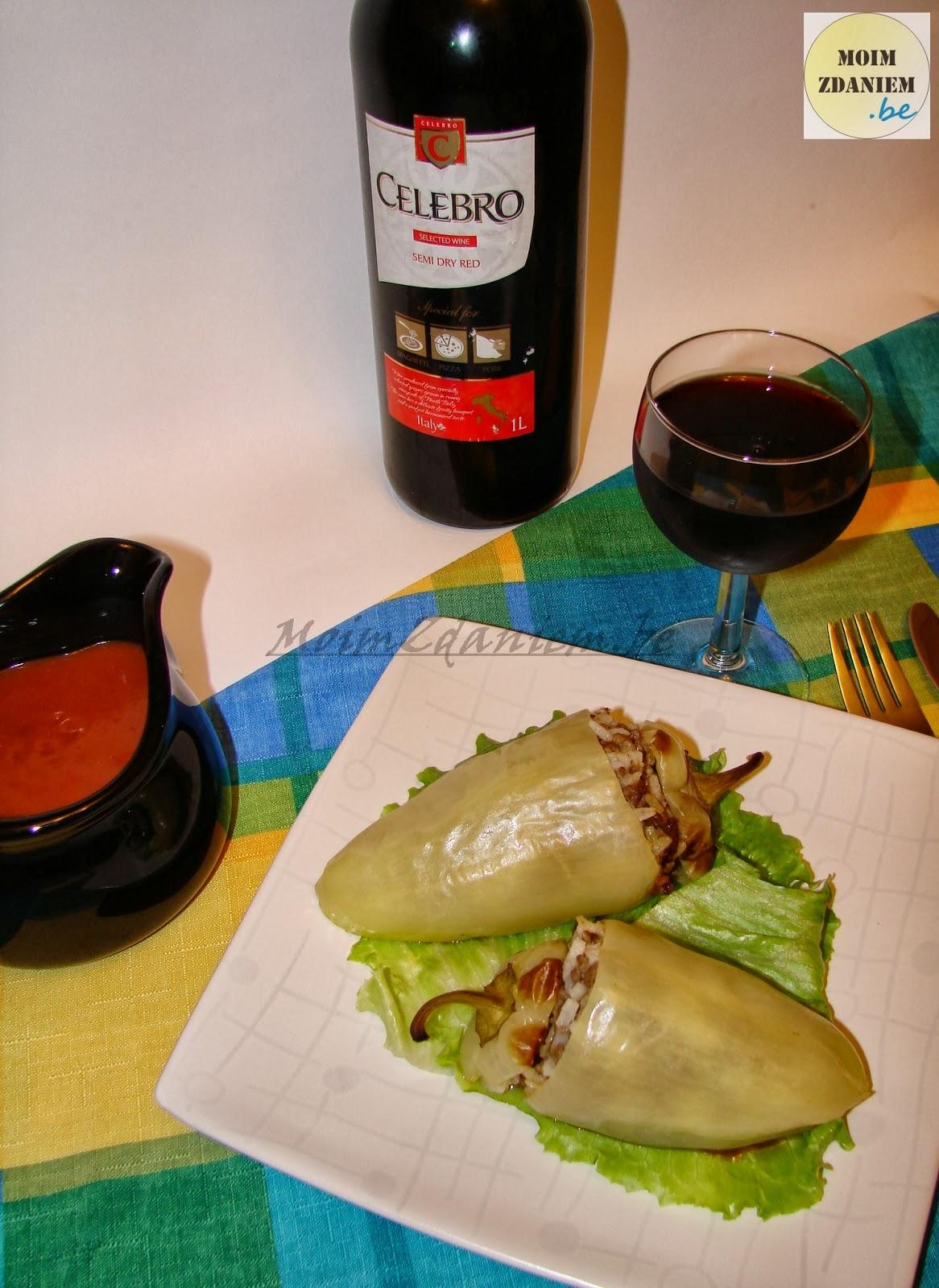 papryka faszerowana z mięsem i serem podane z winem
