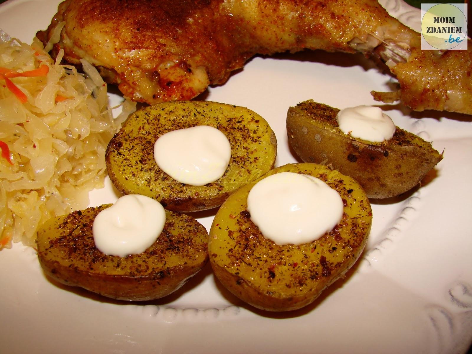 pieczone ziemniaki z pieczonym kurczakiem z bliska